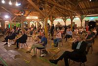 """DEU, Deutschland, Germany, Münsingen, 15.09.2020: Veranstaltung   """"Bürgerdialog"""" der Landtagsfraktion von Bündnis 90/Die Grünen in Baden-Württemberg im Getreidespeicher im albgut (Altes Lager) in Münsingen. Pfeile auf dem Boder markieren die Laufrichtung und die Stühle stehen in ca. 2 Meter Abstand. Durch diese Maßnahmen sowie eine Maskenpflicht (ausser an den Plätzen), will der Veranstalter Ansteckungen mit dem Coronavirus während des Bürgerdialogs vermeiden."""
