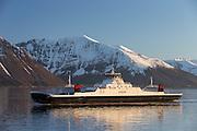 Ferry sailing in Norwegian fjord, with snowy mountains in the background | Ferga Tidefjord seiler i Sulafjorden på Vestlandet, med snøkledde fjell i bakgrunnen.