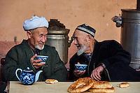 Ouzbekistan, region de Fergana, Marguilan, hommes ouzbeks dans une Tchaikhana, maison de thé traditionnelle // Uzbekistan, Fergana region, Marguilan, Uzbek men in a Tchaikhana, traditional tea house
