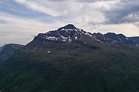 Dronefoto av Andersdaltinden i Balsfjord, Troms, som rager 1221 meter over havet.
