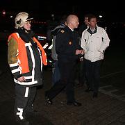 NLD/Huizen/20080108 - Verdacht pakketje gevonden Oostkade Huizen, brandweer commandant Jaap Weijermans en burgemeester Frans van Gils