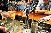 Nederland, Elst, 27-2-2019 In een kantine, voetbalkantine, sportkantine worden glazen bier getapt. Foto: Flip Franssen