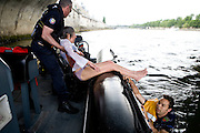 Paris, France. 7 Mai 2009..Brigade Fluviale de Paris..16h22 Sauvetage d'une femme suite a une tentative de suicide..Paris, France. May 7th 2009..Paris fluvial squad..4:22pm Salvage of a woman following a suicide..