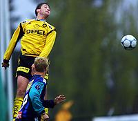 Football, Tippeligaen (elite herer), 16. mai 2001, Stabæk - Lillestrøm 3-2. Clayton Zane, LSK, og Christian Wilhelmsson,(9), Stabæk.