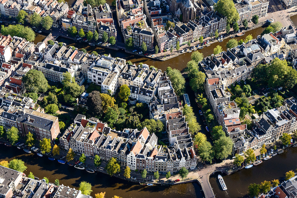 Nederland, Noord-Holland, Amsterdam, 27-09-2015; Binnenstad van Amsterdam, grachtengordel ter hoogte van Leidsegracht, midden rechts. Herengracht en  Keizersgracht (onder). <br /> Crossing canals, belt of Canals, Amsterdam City Centre.<br /> <br /> luchtfoto (toeslag op standard tarieven);<br /> aerial photo (additional fee required);<br /> copyright foto/photo Siebe Swart