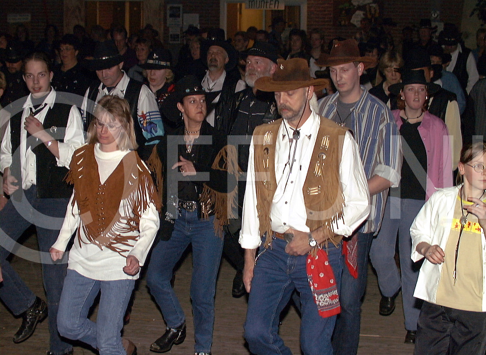 fotografie frank uijlenbroek©2001 michiel van de velde.010421 haarle ned.fu010421_15.country en western festival in de sporthal