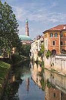 VICENZA, VEDUTA DEL CENTRO STORICO, LA BASILICA PALLADIANA (architetto Andrea Palladio 1549) E IL FIUME RETRONE, VENETO, ITALIA