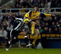 Fotball<br /> England 2004/22005<br /> Foto: SBI/Digitalsport<br /> NORWAY ONLY<br /> <br /> Newcastle United v Southampton<br /> Barclays Premiership, 15/01/2005.<br /> <br /> Southampton's Rory Delap (R) tries to wrestle Newcastle's Patrick Kluivert off the ball.