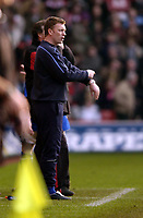 Fotball<br /> Premier League 2004/05<br /> Southampton v Everton<br /> 6. februar 2005<br /> Foto: Digitalsport<br /> NORWAY ONLY<br /> Everton manager, David Moyes taps his watch as he questions only 2 minutes of extra time, but it was enough for his side to get an equaliser