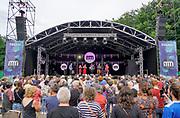 Nederland, Nijmegen, 9-6-2019 MusicMeeting . De Franse zanggroep San Salvador. Festivalterrein in park Brakkenstein. Traditioneel met pinksteren. Optredens van acts, bands, artiesten uit de wereld muziek, worldmusic . Publiek . Foto: Flip Franssen