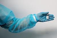 Siemiatycze, 19.04.2021. Punkt Szczepien Powszechnych w Siemiatyczach w hali sportowo-widowiskowej. Jest to jeden z 16 pilotazowych takich punktow w Polsce. Docelowo moze szczepic przeciwko COVID-19 500 osob dziennie. N/z fiolki ze szczepionka Moderna fot Michal Kosc / AGENCJA WSCHOD