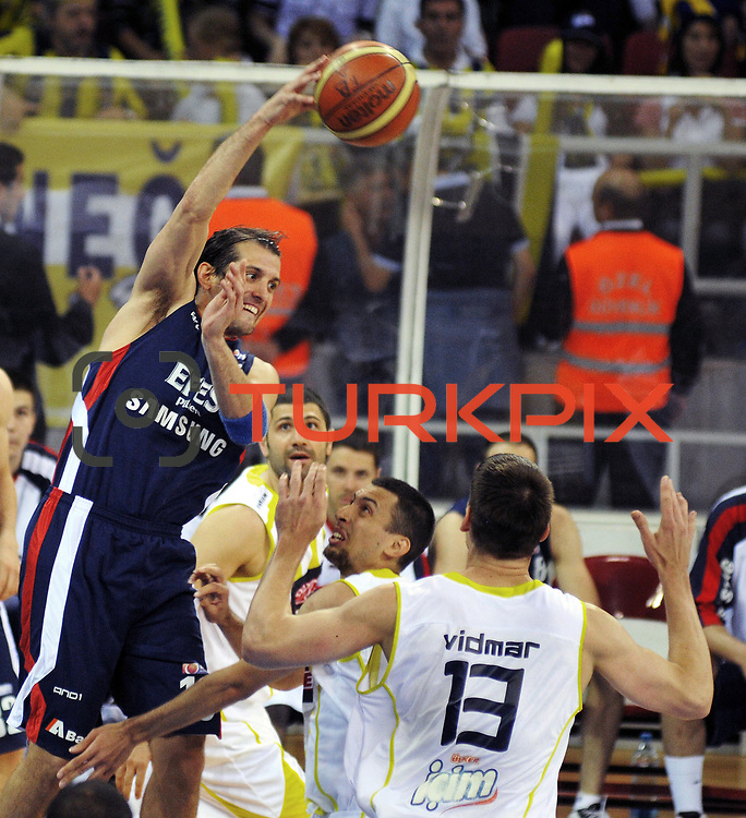 Fenerbahce Ulker's Roko Leni UKIC (C) and Efes Pilsen's Kerem TUNCERI (L) during their Turkish Basketball league Play Off Final third leg match Fenerbahce Ulker between Efes Pilsen at the Abdi Ipekci Arena in Istanbul Turkey on Tuesday 25 May 2010. Photo by TURKPIX