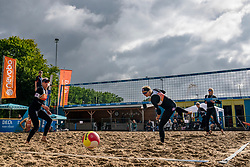 Sanne Keizer (l) and Madelein Meppelink against Brecht Piersma and Desy Poiesz. From July 1, competition in the Netherlands may be played again for the first time since the start of the corona pandemic. Nevobo and Sportworx, the organizer of the DELA Eredivisie Beach volleyball, are taking this opportunity with both hands. At sunrise, Wednesday exactly at 5.24 a.m., the first whistle will sound for the DELA Eredivisie opening tournament in Zaandam on 1 July 2020 in Zaandam.
