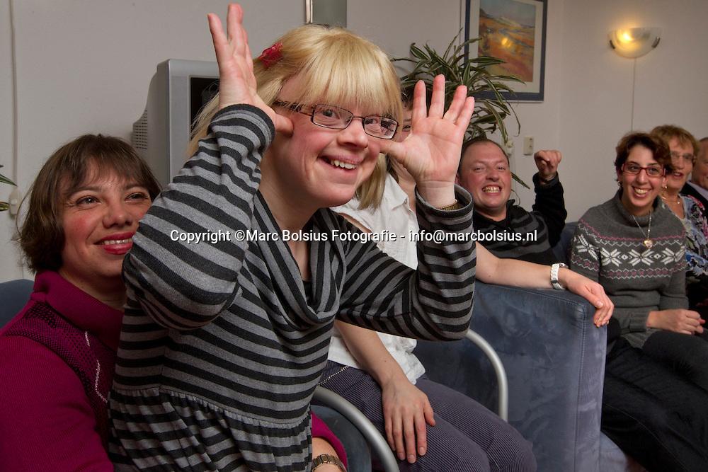den bosch, feestje bij gehandicapten in de concordialaan 43-46. op de foto van links naar rechts,marisol,rozemarijn,wendy,john en chantal
