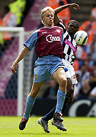 Fotball<br /> Premier League 2004/05<br /> West Bromwich v Aston Villa<br /> 22. august 2004<br /> Foto: Digitalsport<br /> NORWAY ONLY<br /> Martin Laursen of Villa beats West Brom's Kanu to the ball