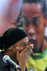 Ronaldinho Gaúcho chora durante o lançamento do Instituto Ronaldinho Gaúcho em Porto Alegre, 27 de dezembro de 2006. O instituto busca  permitir que as crianças de famílias carentes pratiquem esportes. FOTO: Jefferson Bernardes/Preview.com