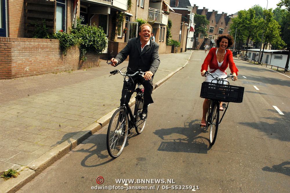 NLD/Groningen/20070609 - Huwelijk Arjen Robben en Bernadien Eillert, cabaratier bert Visscher op de fiets met partner Pien