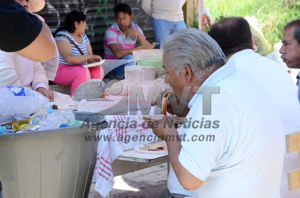 TOLUCA, Mexico (Noviembre 2, 2016).- Un gran número de puestos de comida, se instalaron en los diferentes panteones del Valle de Toluca, donde la gente que visito las tumbas de sus difuntos pudieron saborear diversos antojitos. Agencia MVT. José Hernández.
