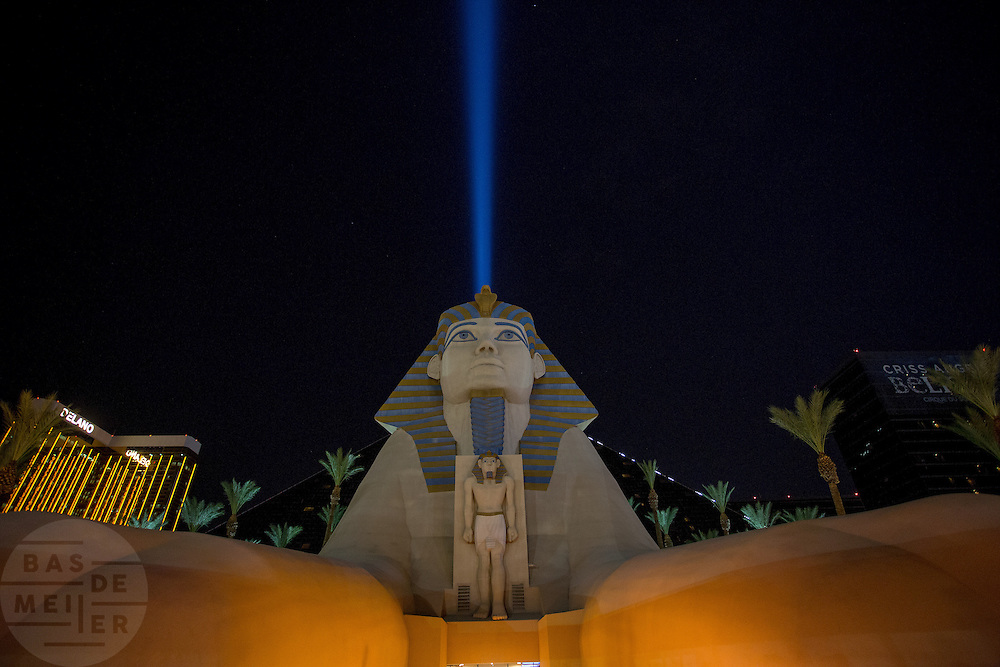 De Sfinx voor het Luxor Casino op de zogenaamde strip in Las Vegas. Las Vegas is wereldberoemd om de casino's en de hotels. Ieder casino heeft een eigen thema en het ene casino is nog uitbundiger en groter dan het ander. De meeste casino's liggen aan de Las Vegas Boulevard, ook wel De Strip genoemd.<br /> <br /> The Sphinx in front of the Luxor casino on the so-called strip in Las Vegas. Las Vegas is famous for its casinos and hotels. Each casino has its own theme and one casino is even more exuberant and larger than the other. Most casinos are located on Las Vegas Boulevard also known as The Strip.