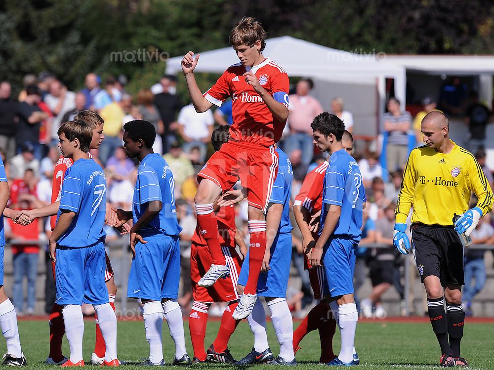 FUSSBALL   U 17 Junioren Bundesliga Sued/ Suedwest  2009/2010   30.08.2009 TuS Ergenzingen 2-11 FC Bayern Muenchen FC Bayern mit  Fabian Huerzeler (Mitte, FCB) war eine Nummer zu Gross fuer den TuS Ergenzingen