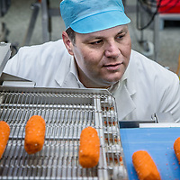 Nederland, Amsterdam, 14 juli 2016.<br /> Een kijkje In de keuken van het familiebdrijf FEBO.<br /> Febo is een snackbarketen in Nederland. De oprichter begon ooit als brood- en banketbakker.<br /> In 1942 werd Maison Febo (oorspronkelijk Bakkerij Febo) opgericht door Johan de Borst (1919-2008). Wat begon als een bakkerswinkel groeide uit tot een automatiek, waar De Borst zelfgemaakte kroketten verkocht.<br /> De naam 'Febo' is afgeleid van de Amsterdamse Ferdinand Bolstraat in de Pijp.<br /> Dagelijks worden de kroketten en burgers nog altijd volgens het authentieke recept van Opa de Borst dagvers bereid. Continu zorgt FEBO ervoor dat de producten nog steeds dezelfde kwaliteit hebben als vroeger.<br /> Dagelijks start FEBO s'ochtends heel vroeg met het maken van een ambachtelijke bouillon gemaakt van verse groenten om vervolgens een ragout te maken van het beste kwaliteitsvlees van 100% Nederlandse runderen uit de buurt. Iedere dag wordt van deze ragout de beroemde FEBO kroket gemaakt. De kroketten zijn dagvers en worden nooit ingevroren.<br /> In 1990 nam zoon Hans de Borst het bedrijf over, later gevolgd door kleinzoon Dennis de Borst.(foto)<br /> <br /> Netherlands, Amsterdam, July 14, 2016.<br /> A peek in the kitchen of the family company FEBO.<br /> Febo is a snack bar chain in the Netherlands. The founder started as a baker and confectioner.<br /> In 1942, Maison Febo (originally Bakery Febo) was founded by Johan de Borst (1919-2008). What began as a bakery grew into an automatic, where Johan Borst sold homemade croquettes. <br /> The name 'Febo' derives from the Amsterdam Ferdinand Bolstraat in the Pijp.<br /> The croquettes and meat burgers  are still produced with the authentic recipe of Grandfather Borst and prepared fresh every day. FEBO continuously ensures that the products still have the same quality as before.<br /> FEBO starts very early in the morning with making a bouillon made from fresh vegetables and then make a ragout with the best quality me