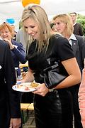 Prinses Máxima bezoekt Buurtvereniging Hoofdstraat-Noord in Gasselternijveen. Deze buurtvereniging organiseert verschillende sociale activiteiten rondom een cultuurhistorische perenbomenrij in de straat. In mei 2012 won de buurtvereniging een Appeltje van Oranje. ///// Princess Máxima visits the neighborhood association in Gasselternijveen. This neighborhood association organizes various social activities around a historic pear row of trees in the street. In May 2012 won the neighborhood association Apple of Orange.<br /> <br /> Op de foto/ On the photo:  Prinses Maxima krijgt een Perenbrunch aangeboden / Princess Maxima gets a Pear Brunch offered