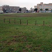 Braakliggend terrein voor het gemeentehuis Huizen gezien vanaf de Melkweg