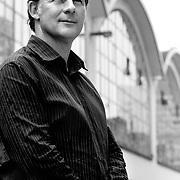 Nederland Rotterdam 13 juni 2007 .Frits Gierstberg, bijzonder hoogleraar fotografie en hoofd tentoonstellingen van het Nederlands Fotomuseum poseert voor achtergrond Cafe Rotterdam ..Foto David Rozing
