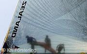 """V16. Valencia, 15/05/06.- Tres tripulantes trabajan a bordo del velero clase Copa América """"Emirates New Zealand Team"""" durante la primera regata """"match race"""" de la quinta jornada del Valencia Louis Vuitton Acto 10, correspondiente a las prerregatas de la Copa del América, frente al litoral de la ciudad. EFE/Kai Försterling"""