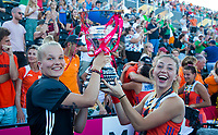 LONDEN - keeper Anne Veenendaal (Ned) en Laura Nunnink    na het winnen van  de finale Nederland-Ierland (6-0) bij  wereldkampioenschap hockey voor vrouwen.  . COPYRIGHT  KOEN SUYK