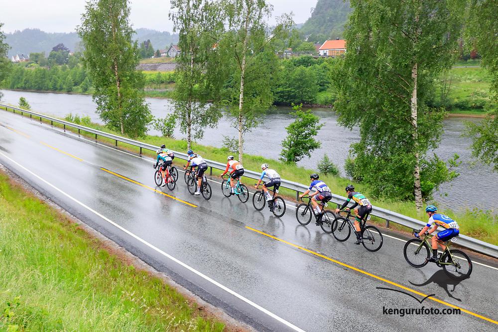 Fra herrenes elite start under NM på sykkel 2021 i Kristiansand. Utbruddet med ni ryttere passerer Kvarstein bru langsmed elva Otra på vei til Kristiansand.