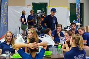 Voor de laatste kans het record te breken, overlegt het team wat ze kunnen doen. Het Human Power Team Delft en Amsterdam, dat bestaat uit studenten van de TU Delft en de VU Amsterdam, is in Amerika om tijdens de World Human Powered Speed Challenge in Nevada een poging te doen het wereldrecord snelfietsen voor vrouwen te verbreken met de VeloX 9, een gestroomlijnde ligfiets. Dat staat sinds 13 september 2019 op naam van Ilona Peltier met 126,52 km/u. De Canadees Todd Reichert is de snelste man met 144,17 km/h sinds 2016.<br /> <br /> With the VeloX 9, a special recumbent bike, the Human Power Team Delft and Amsterdam, consisting of students of the TU Delft and the VU Amsterdam, wants to set a new woman's world record cycling in September at the World Human Powered Speed Challenge in Nevada. The current record is 126,52 km/h by Ilona Peltier.  The fastest man is Todd Reichert with 144,17 km/h.