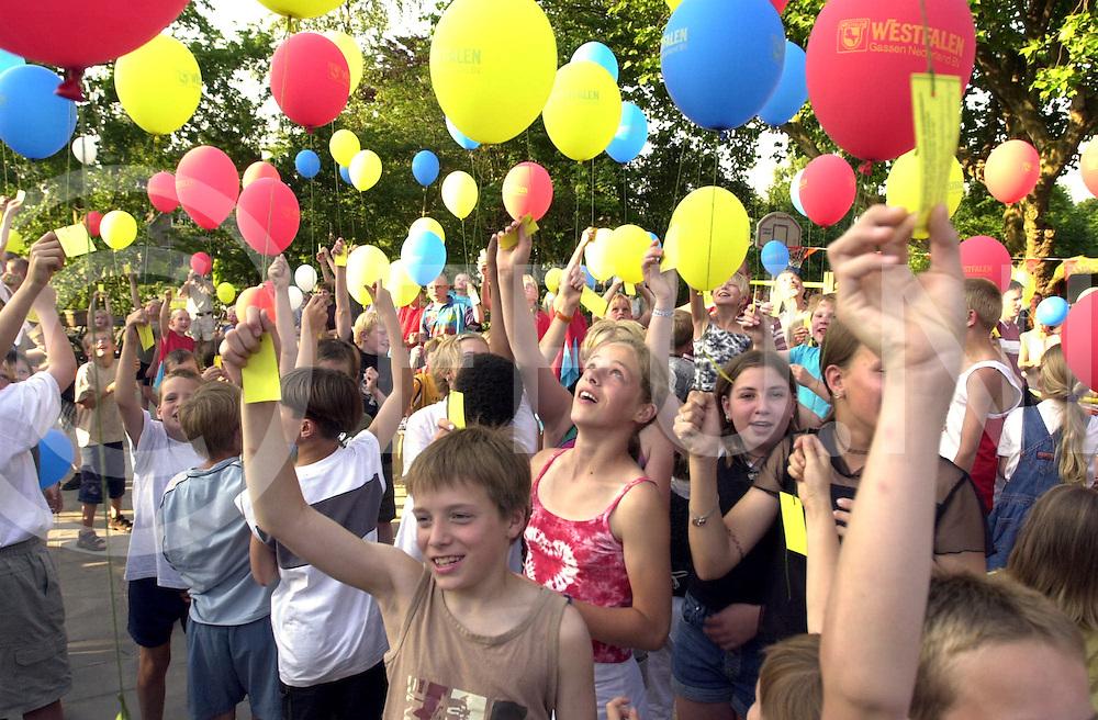fotografie frank uijlenbroek©2001 michiel van de velde.010626 marienheem ned.ingebruikname speelplaats op de antoniusschool door middel van het oplaten van ballonen