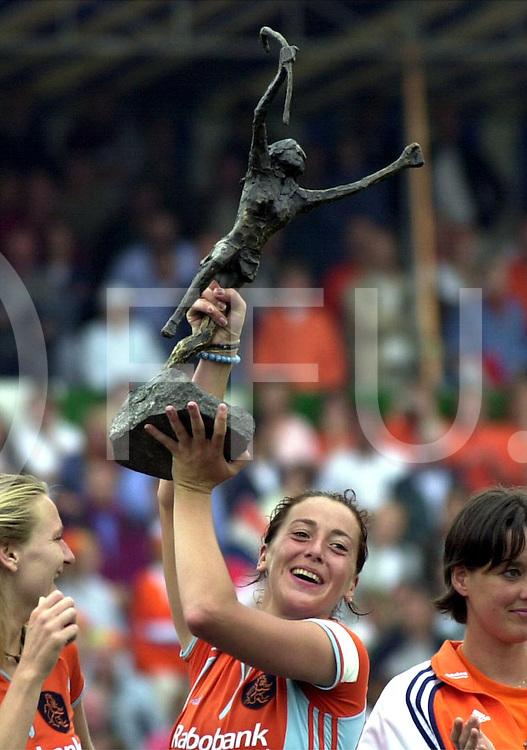 fotografie frank uijlenbroek©2000 frank uijlenbroek<br />NEDERLAND-DUITSLAND:AMSTERDAM;3JUNI2000-<br />Damesfinale Champions Trophy .eindstand 3-2 voor Nederland.<br />aanvoerster Dillianne van den Boogaardt met de trofee
