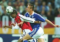 Fotball: Nwankwo KANU, Arsenal (tv) og Tomasz HAJTO Schalke<br />            Champions League  FC Schalke 04 - Arsenal London 3:1<br /><br />Foto: Uwe Speck, Digitalsport
