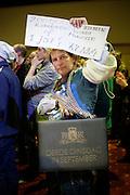 Enkele duizenden leraren demonstreren in Nieuwegein tegen de bezuinigingen op het passend onderwijs. Met de acties hopen ouders, personeel en werkgevers politiek Den Haag er van te overtuigen af te zien van de bezuiniging van 300 miljoen euro op die leerlingen die extra steun nodig hebben.<br /> <br /> Several thousand teachers are protesting against the cuts at the special education.