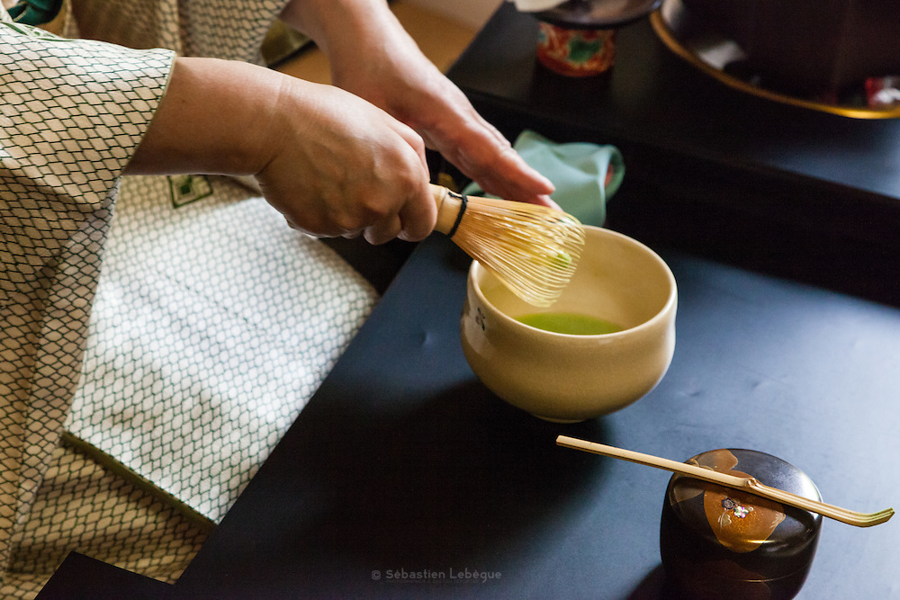 La cérémonie du thé , chanoyu  - 茶の湯 (« eau chaude pour le thé ») est influencé par le bouddhisme zen. Le silence doit régner et les gestes sont précis. Le maître de cérémonie prépare le thé face aux invités. Ces gestes sont lents et méticuleux. Le macha, thé traditionnel est une poudre verte qui se mélange à l'eau avec énergie avec un outil en bambou en forme de fouet. La cérémonie Ryū-rei 立礼 se prépare et se boit assis.