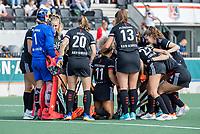 AMSTELVEEN -  Teamhuddle Amsterdam voor de hockey hoofdklasse competitiewedstrijd  dames, Amsterdam-Oranje Rood (2-1).  COPYRIGHT KOEN SUYK