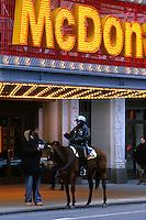 EEUU. Nueva York.<br /> Un policia montado a caballo conversa con un transeúnte junto a un McDonalds.<br /> <br /> © Joan Costa