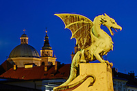Slovénie, Ljubljana, capitale de la Slovénie, Pont des Dragons et la cathédrale Saint Nicolas // Slovenia, Ljubljana, Dragon Bridge and St Nicholas church
