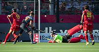 ANTWERPEN - Pau Quemada (Esp)  brengt de stand op 0-1 tijdens halve finale  mannen, Nederland-Spanje  ,  bij het Europees kampioenschap hockey.   keeper Sam van der Ven (Ned)  , Mink van der Weerden (Ned) en Xavier Lleonart (Esp)  links COPYRIGHT KOEN SUYK