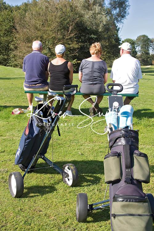SPAARNWOUDE-Ouderen op een bankje op de golfbaan Spaarnwoude.Beoefenen van de golfsport. ANP FOTO COPYRIGHT KOEN SUYK