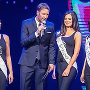 NLD/Hilversum/20160926 - Finale Miss Nederland 2016, Victor Brand in gesprek met Missen Kelly van den Dungen, Shauny Bult en Djerra Zwaan