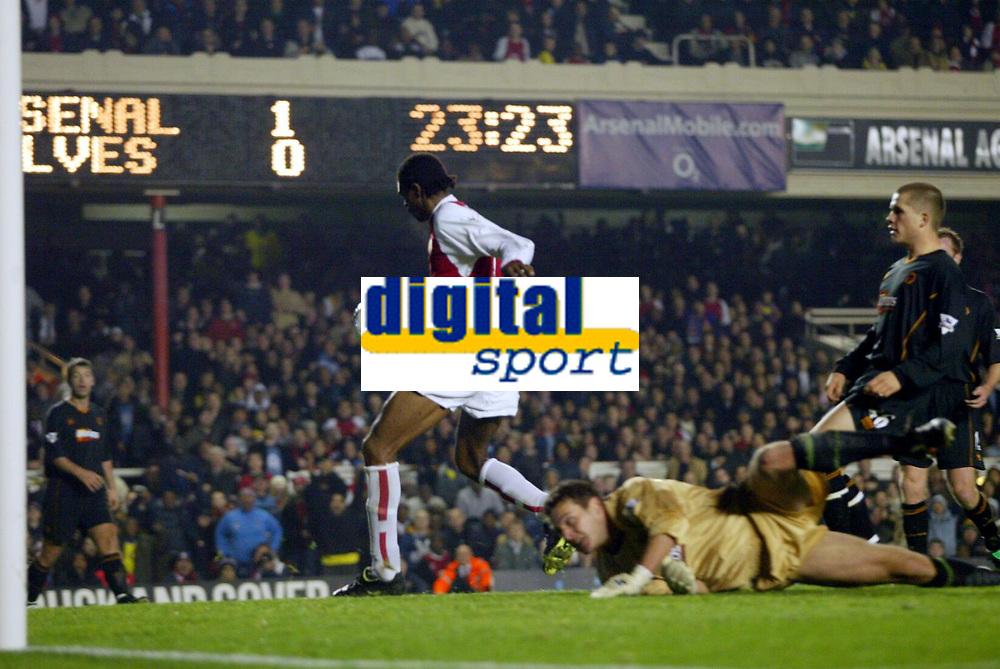Fotball<br /> Carling Cup England<br /> 02.12.2003<br /> Arsenal v Wolverhampton<br /> Kanu gjør 2-0 til Arsenal<br /> Foto: Anders Hoven, Digitalsport
