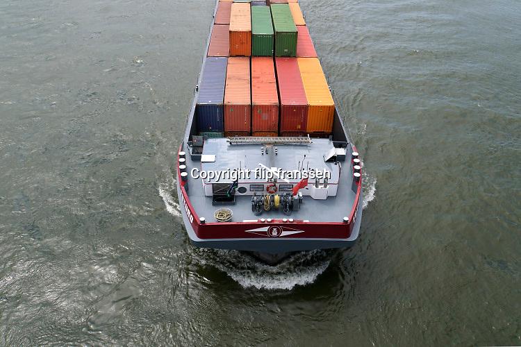 Nederland, Nijmegen, 21-7-2020 Binnenvaartschip vaart over de Waal bij Nijmegen . De Waal is het Nederlandse deel van de Rijn en de belangrijkste vaarroute van en naar Rotterdam en Duitsland . Aftakkingen zijn de minder bevaren Neder Rijn en IJssel. Foto: ANP/ Hollandse Hoogte/ Flip Franssen