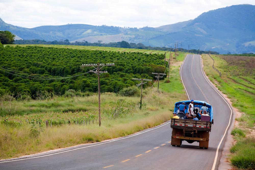 Divisa Nova_MG, Brasil...Boias-frias em um pau-de-arara- em uma rodovia...Brazilians rural workers (boias-frias) in a truck (pau-de-arara) in the highway...Foto: LEO DRUMOND / NITRO