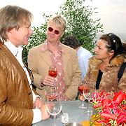 NLD/Bloemenaal/20050601 - Haringparty Showtime Noordzee FM, Edwin Kettman in gesprek met Mylene de la haye en partner