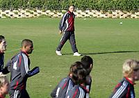 Fotball / Football<br /> Tyskland - Germany<br /> FC Köln training at La Manga - Spain<br /> 05-14.01.2007<br /> Foto: Morten Olsen, Digitalsport<br /> <br /> GERMANY OUT<br /> <br /> Köln players doing the warm up with Christoph Daum watching