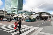 Een vrouw steekt het zebrapad over met een kind in de kinderwagen terwijl ze belt. In Utrecht wordt het centraal station grondig verbouwd. Momenteel is de tweede fase afgerond. De reizigers zullen nog tot 2016 last hebben van de verbouwing.<br /> <br /> A woman is crossing the street with a child in a stroller while she is on the phone. In Utrecht the central station is reconstructed. At this moment the second stage has finished. The travelers will be faced with inconveniences until 2016.