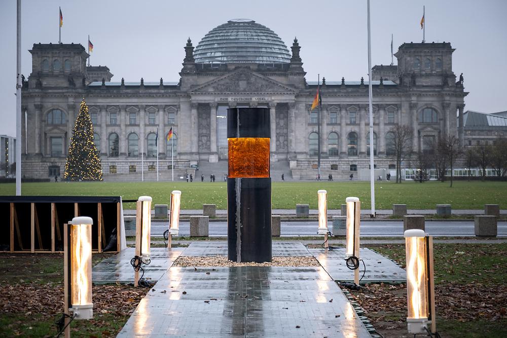 """Säule gegen Verrat an der Demokratie: Die Kunstaktivisten des Zentrums für Politische Schönheit stellen am Platz der ehemaligen Krolloper, zwischen Reichstag und Bundeskanzleramt eine Stele auf, in der sich ein Bohrkern aus Asche und Knochenresten von Holocaustopfern befinden soll. Mit der """"Widerstandssäule"""" sollen die Unionsparteien vor einer Zusammenarbeit mit der AfD gewarnt werden. Das Mahnmal ist Teil der neuen ZPS- Aktion """"Sucht nach uns!"""". <br /> <br /> [© Christian Mang - Veroeffentlichung nur gg. Honorar (zzgl. MwSt.), Urhebervermerk und Beleg. Nur für redaktionelle Nutzung - Publication only with licence fee payment, copyright notice and voucher copy. For editorial use only - No model release. No property release. Kontakt: mail@christianmang.com.]"""